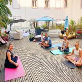 Quoi de mieux pour commencer la semaine que de vous partager cette belle photo des présents au cours de Yoga 🧘🏼♀️ animé par Karene au Beau Rivage ce samedi 🌺🌴  Merci à tous pour votre présence & votre pratique 🙏🏻Only good vibes ✨🌿  Et merci encore à l'hôtel Beau Rivage pour ces conditions incroyables et ce superbe brunch 🙏🏻🥝  La très bonne nouvelle est que vu le succès de ce rdv, nous allons poursuivre tous les samedis de l'été (ou presque 😉) 🥳🥳🥳 Alors rdv sur Cozette pour réserver vos prochaines dates. Les dates jusqu'au 17 juillet sont d'ores et déjà en ligne 🤩  #event #eventbienetre #programmesummer2021 #sefairedubien #goodmood #goodvibes #actualitésbienetre #yoga #yoga&brunch #yoganice #hotelnicebeaurivage