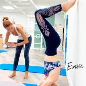La rentrée se profile et peut-être vous êtes vous déjà demandé, quelle activité vais-je pratiquer 🧐  De quoi avez-vous envie? 🤩 Racontez-moi tout 🙌  La rentrée est un vrai moment de transition, qu'il faut savoir négocier en douceur pour éviter stress, fatigue & continuer à surfer sur les bénéfices de vos vacances 😎☀️🌴  Alors gardez du mouvement dans votre vie 🙏🏻🤍  Photo de mon cours découverte de Warrior Yoga avec Magali 💪🧘🏼♀️ @loiseauduparadis_yoga chez A Casa Fit @acasa.fit et donc une grosse pensée pour Ramona @ramo_acasa.fit 😉  #rentrée #rentreesereine #decouverte #garderlemood #rentreepositive #warrioryoga #yoga