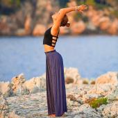 """Magali alias @loiseauduparadis_yoga a rejoint Cozette 🤩  Magali est professeure de Yoga dynamique 🧘🏼♀️ (appelé aussi Warrior que j'ai testé il y a peu de temps et je vous partage les images très vite ) & de Yin Yoga 🙏🏻 mais a aussi bien d'autres cordes a son arc 😉  Anciennement docteur en biologie médicale, elle a toujours été attachée au bien-être du corps, à la nutrition, à l'aromathérapie etc 🌱... A ce bagage """"scientifique"""" est venu s'ajouter le yoga, en tant que pratique posturale mais également avec toute la richesse de ses enseignements et de sa philosophie 🙏🏻. De la santé du corps physique elle s'est alors intéressée à la santé de l'esprit et aux thérapies holistiques (notamment la lithothérapie, la sonothérapie, l'ayurvéda).  Vous pouvez la retrouver jeudi 24 juin mais aussi 1er juillet à 19h pour un ApéroYoga au Canafé, espace de Coworking partenaire de Cozette, situé rue Pertinax à Nice (secteur Centre).  Elle vous propose aussi tous les lundis soir une «Conférence découverte des chakras et lithothérapie en ligne» mais aussi des bains sonores à domicile.   Réservation sur Cozette, lien dans la bio 👆  Mais d'autres choses arrivent 😉 Stay tuned 🙊  #yoga #yogawarrior #yinyoga #yoganice #ayurvédanice #aperoyoga #apéroyoganice #chakras # bainssonoresnice # lithotérapie #ayurveda"""