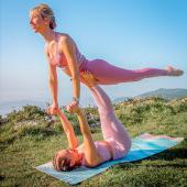 Le solstice d'été c'est aujourd'hui 💛  Journée internationale du Yoga & fête de l'été, quelle belle symbolique 🙏🏻✨ Je vous souhaite une belle journée et & doucesemaine 🙌  Qu'avez-vous prévu cette semaine, pour penser à vous 😉🌱? Objectif de perte de poids, pour vous amuser, vous défouler, vous ressourcer ou encore lâcher prise ?   Cours collectifs, coaching, Yoga, Pilates, rdv diététicien, massage ou soins racontez-moi 👇  Practice partner @anielasidei  Photographe @jeromehaal   #journéeinternationaleduyoga #fetedelete #jounrersymbolique #mooddujour #prendresoindesoi