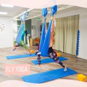 Event 🤩  C'est la la rentrée pour le tant attendu Yoga Aérien ! 🥳 Prets/es pour un moment de lâcher-prise dans les tissus de l'adorable Delphine @d_elfe_aerial ?😉  Découvrez cette sublime vidéo 🤍  Celles et ceux qui n'ont pas encore expérimenté/es cette merveilleuse activité, c'est le moment 😊 dans votre studio cocon  @acasa.fit !  💫Sollicité en #douceur, votre corps développe petit à petit de la #force, de l'#équilibre 💫Tous les tissus conjonctifs (fascias) sont étirés en profondeur et votre colonne vertébrale est allongée et décompressée 💫Accessible à tous, le Yoga Aérien est un voyage sans contraintes, à travers le corps et l'esprit, qui vous apportera #detente et #bienetre au fil des séances.   Info et résa sur le site de Cozette 🌱: recherche par professionnel / A Casa Fit / Yoga Aérien, A Casa Fit Nice Centre, semi-collectif, tous niveaux, 1h00 🌿  #acasafit #yogaaerien #yogaaeriennice #aerielyogalove #flyyoga #aerielyoga #relaxation #sportsante #etirements #renforcementmusculaire #decompression #hammock #cocooning #tissus #hamacaerien   📹 @jeromehaal  🧚♂️ @d_elfe_aerial  🤝 @acasa.fit & @ramo_acasa.fit