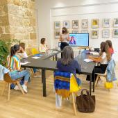 New place Ca[na]fé 🌾 @canafenice   Je suis ravie de vous parler un peu plus de cette nouvelle collaboration 🤩  ✨Photo souvenir de l'atelier Instagram organisé par Cozette pour les professionnels du bien-être ✨🌺  Cécile, une des 3 personnes qui ont lancé ce concept, vous le présente :  «Un cocon 🌱 niché dans le bitume où notre envie est de tisser du lien social au travers d'événements liés au bien-être🌱, de soirées jeux de société et vidéo, de cours de sport 🤸🏻♀️comme du yoga 🧘🏼♀️ou du pilates, d'ateliers de cuisine🥒🥕🍓, de conférences en tout genre ou de formations diverses. Bref, tout est possible au Ca[na]fé !  Au Ca[na]fé, vous pouvez venir travailler seul.e ou en groupe dans l'open space où bonne humeur et convivialité sont à l'honneur 🤍, une ambiance comme à la maison pour une session de travail réussie 👍 Des encas sucrés et salés ainsi que des boissons chaudes et fraîches maison viennent compléter cette offre qui en fait un concept unique dans la région puisque vous payez au temps passé et non à la consommation🙌.  Vous pouvez également réserver une salle de réunion ou un bureau privé pour vos réunions, vos vidéoconférences ou vos team building par exemple.  Afin de promouvoir nos valeurs artistiques, nous mettons à disposition nos murs pour des artistes locaux qui peuvent exposer gratuitement chez nous🙏🏻.  Nos valeurs éthiques se retrouvent dans l'assiette puisque nous avons fait le choix de proposer une offre de restauration et de douceurs entièrement végétale🌾. Ici on fait du bien à son corps, à la planète 🌎 et aux animaux 🙊! C'est délicieux, toujours fait maison, local et de saison🌱.  Au plaisir de vous rencontrer autour d'une activité ou d'une session de coworking !»  Envie de découvrir cet endroit ? Et bien ça tombe bien car un event a lieu ce soir et les 2 prochains jeudis  Les YogApéro 🧘🏼♀️🍹avec Magali @loiseauduparadis_yoga  En solo = 20 € et offre duo = 35 € Vous pouvez encore réserver sur le site de Cozette 🤩  Pour toutes demandes de location, contact